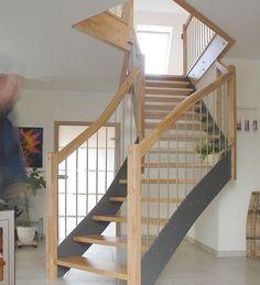 Die Treppen bestehen werden die Wangen mit der Hochdruckschichtstoff Technik gefertigt. Der besteht aus mehreren hochwertigen Papierbahnen, die mit aushärtbaren Kunstharzen getränkt sind und unter Temperatur und hohem Druck laminiert werden.