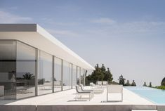 fran silvestre arquitectos completes the 'hofmann house' among a landscape surrounded by gardens in valencia, spain, with a view of the distant sea. Spanish Architecture, Residential Architecture, Interior Architecture, Farnsworth House, Box Houses, Glass Boxes, Minimalist Home, Modern Interior Design, Minimalism