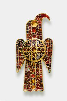 one of a pair of Ostrogothic fibula. Date : Migration period, around 500 AD. Location : Domagnano (San Marino) Material : gold, silver, bronze, almandine, lapis lazuli, ivory, putty