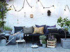 Lichtslingers en lampionnen voor een gezellig terras. Meer sfeervolle decoratietrends op de blog#sweethomesmartlife - #home #terrace #lightings