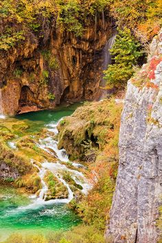 ✮ Crystal clear mountain stream in a tranquil autumn scenery - Croatia