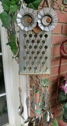 Lid Owls Are Beyond Adorable Owl Grater Wind Chime - Lots of Owl recycling photos here!Owl Grater Wind Chime - Lots of Owl recycling photos here! Carillons Diy, Easy Diy, Fun Diy, Diy Wind Chimes, Homemade Wind Chimes, Outdoor Crafts, Outdoor Decor, Owl Crafts, Junk Art