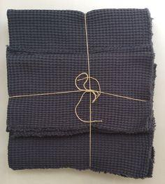 vohvelikankaiset pyyheliinat .  luomupuuvillaa . 40x70cm ja 90x140cm . antrasiitin harmaa . @kooPernu