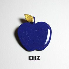 Ehz bijoux broche originale pomme bleue et feuille dorée en bois peint