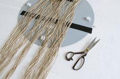Read on how to make this DIY fringed mirror! Diy Home Crafts, Diy Arts And Crafts, Vintage Bathroom Mirrors, Macrame Mirror, Macrame Wall Hanging Patterns, Diy Tassel, Macrame Design, Kids Room Art, Stained Glass Patterns