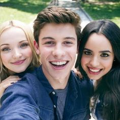 Three of my favorite people! Dove Cameron, Sofia Carson and my man Shawn Mendes! Cameron Boyce, Shawn Mendes Music Video, Shane Mendes, Serie Disney, Les Descendants, Descendants Videos, Descendants Characters, Sophia Carson, Thomas Doherty