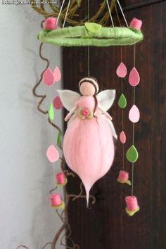 Eine zartes Mobile mit Röschen, einer Elfe in einem zartem Rosa mit weißen Fl… A delicate mobile with roses, an elf in a delicate pink with white wings . Cute Crafts, Felt Crafts, Diy And Crafts, Fairy Crafts, Angel Crafts, Wet Felting, Needle Felting, Felt Angel, Diy Cadeau