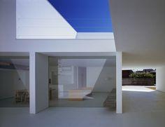 haus beton minimalismus hofraum parkplatz modern wandverglasung