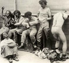 Londra'da bulunan ünlü Madame Tussaud müzesi, 1930 yılında geçirdiği yangında içindeki mankenler böyle eriyip hasar gördü.  Melted and damaged Mannequins after the Fire at Madame Tussaud's, London, 1930