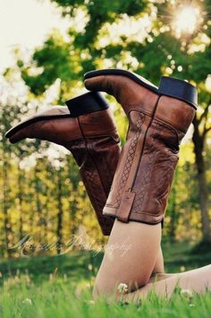 Cute senior pic but i dont wear cowboy boots maybe flipflops or vans. Brown Cowboy Boots, Cowgirl Boots, Cowgirls, Dr. Martens, Southern Belle Style, Southern Charm, Summer Boots, Country Girls, Country Living
