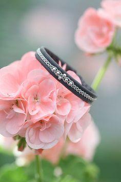 Swarowskipärlor i färgen Blue zircon AB Ring Bracelet, Bracelets, Macrame Jewelry, Jewelry Crafts, Jewelry Making, Wedding Rings, Engagement Rings, Beads, Inspiration