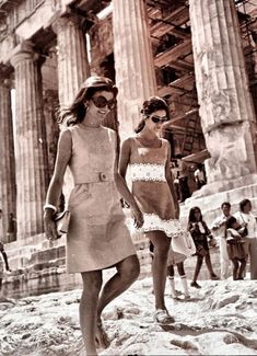 """mrs-kennedy-and-me: """"Jackie Kennedy in Greece, c. 1969 """" mrs-kennedy-and-me: """"Jackie Kennedy in Greece, c. Jacqueline Kennedy Onassis, Estilo Jackie Kennedy, Jaqueline Kennedy, Los Kennedy, Lee Radziwill, Jackie Oh, Diana Vreeland, Pose, Glamour"""