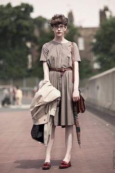 膝を隠す丈のスカートは、上品度をアップさせます。カラーもきっちり気を配ったコーディネートが素敵ですね。