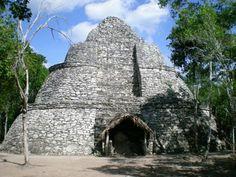 (MAIA)  Cobá – Localizadas a 172 km de Cancún, essas ruínas são uma antiga cidade maia encravada no meio da floresta. A viagem entre Cancún e as ruínas dura cerca de duas horas e meia.