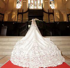 先輩花嫁ハッピーレビュー|ロケーション撮影にこだわり、ウェディングドレスの長いトレーンとクラシカルな教会での前撮り。|【ブライダルサクラ】名古屋、愛知、岐阜の結婚情報、クチコミ、体験談