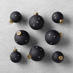 Minimalist matte black Christmas ornaments - LOVE THESE.