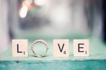 scrabble letters gecombineerd met trouwring voor trouwfoto's