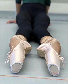 That arch is beautiful Dancers Feet, Ballet Feet, Ballet Barre, Ballet Class, Ballet Dancers, Shall We Dance, Just Dance, Pointe Shoes, Ballet Shoes