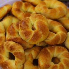 Despeje todos os ingredientes em uma vasilha, misturando sempre a massa com as mãos para sentir o ponto. Misture a massa até ficar consistente e soltar das mãos e da vasilha. Faça as rosquinhas, pincele com gema. Distribua em uma assadeira... Bread Recipes, Cake Recipes, Biscuit Recipe, Pasta, Pound Cake, Bagel, Donuts, Biscuits, Deserts