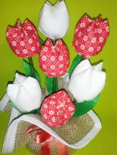 Peso de porta. Várias cores e estampas. confeccionado com juta e tulipas de tecido 100% algodão.  Feito sob encomenda.  Dimensão:  Altura: 20 cm  Pode também ser adaptado para arranjo de mesa floral.    Frete via PAC ou SEDEX com desconto.