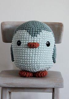 Dit is het patroon voor een 28 cm hoge pinguin, gehaakt met naald 10mm. Een heerlijke grote knuffel of hippe accessoire voor op de kinderkamer!