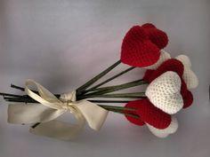 Buquê de noiva feito com corações de crochê (amigurumi). O buquê tem 12 corações. As cores podem ser customizadas para combinar com a decoração do casamento. As hastes são feitas de palito de bambu revestido. Acompanha fita na coir desejada. Cada coração mede mais ou menos 7 X 7 cm.