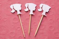 Festa Expressa - Silhueta de Boneca - Tuty - Arte & Mimos www.tuty.com.br O kit está disponível a pronta-entrega. É só adquirir no site e você recebe em poucos dias em sua casa, tudo prontinho para usar. Entre em contato com a gente! www.tuty.com.br #festa #personalizada #pronta #party #tuty #bday #chadebebe #baby #shower #boneca #barbie #vintage #pink