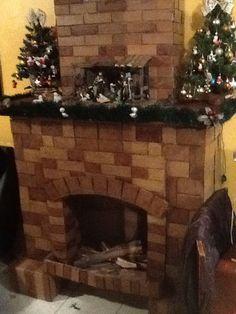 Chimenea de cartón con detalles reales como troncos y  decoracion para crear un ambiente cálido Esta navidad. Felices fiestas!!!