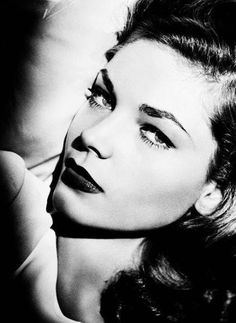 Beautiful, slinky 19 year old Lauren Bacall fell head over heels for hard-boiled, world weary 45 year old Bogart. Old Hollywood Glamour, Golden Age Of Hollywood, Vintage Glamour, Vintage Hollywood, Hollywood Stars, Vintage Beauty, Classic Hollywood, Humphrey Bogart, Lauren Bacall