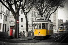 Que imagem linda... O eléctrico 28 de Lisboa passando na Igreja de Santo António.  Lisboa - Portugal