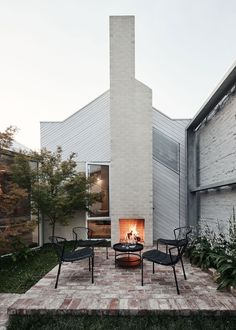 Rae House by Austin Maynard Architects features a large backyard with outdoor fireplace. Austin M. Outdoor Spaces, Outdoor Living, Outdoor Decor, Modern Outdoor Fireplace, Outdoor Seating, Exterior Design, Interior And Exterior, Exterior Paint, Patio Grande