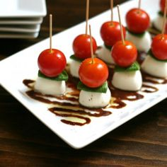 An easy but impressive appetizer made with cherry tomatoes fresh basil fresh mozarella olive oil and a balsamic vinegar reduction. Snacks Für Party, Appetizers For Party, Appetizer Recipes, Caprese Appetizer, Antipasto Platter, Salada Caprese, Mozarella, Fresh Mozzarella, Caprese Skewers