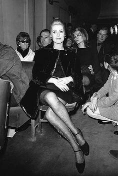 Catherine Deneuve lors d'une soirée en France, circa 1960 .