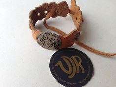 Leather bracelet with vintage button