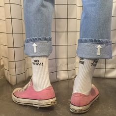 pink vans with ankle high socks and blue mom jeans (photo not mine) :) Indie Outfits, Outfits Hombre, Cute Outfits, Grunge Outfits, Outfit Jeans, 90s Outfit, Look Fashion, Fashion Details, Womens Fashion