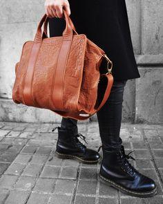 Ya vienen! Sólo queda un día y habremos superado las Navidades 2017. Algun@s con algún exceso Navideño extra pero también con algún bolso favorito aumentando la colección  Os esperamos en Brussosa para vuestras últimas compras!! (Tenéis el enlace de compra directa en nuestro perfil de 21Buttons) . . . #brussosa #christmas  #regalabrussosa #drmartensstyle #bag #leather #leathergoods #bolso  #style #streetstyle #barcelona #shopping #shoplocal #slowfashion #handmade #madeinspain #picoftheday…