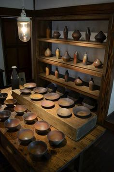 Pottery is a welcome addition to many people's interior décor and has been used for centuries to decorate special rooms and bring them to life. Japanese Ceramics, Japanese Pottery, Modern Ceramics, Wabi Sabi, Wood Shelves, Display Shelves, Ceramic Bowls, Ceramic Art, Pottery Plates