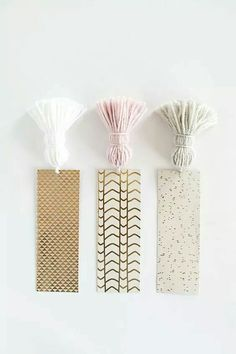 Slice up strips of pretty cardstock and add tassels to them for easy-to-grab bookmarks. - Slice up strips of pretty cardstock and add tassels to them for easy-to-grab bookmarks. Useful Origami, Origami Easy, Diy Tassel, Tassels, Cute Crafts, Diy And Crafts, Diy Projects With Yarn, Crafts With Yarn, Creative Crafts