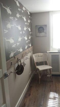 Simpel maar leuk effect...steigerhouten plank op de muur!