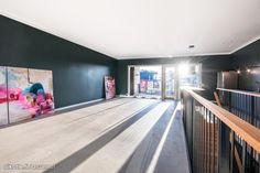 Upeaa, uutta ja väljää tilaa moderniin asumiseen. Uuden tyyppisen kaupunkitalon päähuoneisto on toteutettu loft-henkisesti; yläkerta on avaraa tilaa, johon puuseppä on tehnyt yksilöllisen avok