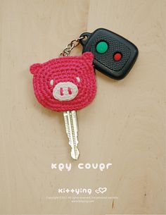 (Change piggy to an owl) Piggy-Key-Cover-Crochet-Pattern - a different way to tell keys apart! Crochet Pig, Love Crochet, Crochet Gifts, Crochet Animals, Crochet Yarn, Crochet Toys, Crochet Key Cover, Crochet Keychain, Key Covers