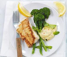 Smörstekt torsk med remouladsås   En ljuvlig smörstekt torsk serveras med remouladsås i detta magnifika recept. Den rimmade torsken steks i smör på medelvärme, vilket ger ett både smakrikt och fast kött. Tillbehören som är knaprig bellaverde, remouladsås och syrliga citronklyftor gör det här till en mycket tilltalande fiskrätt.