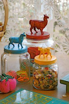 Usar los botes de vidrio para guardar botones y elementos de costura/ How to recycle toys and jars