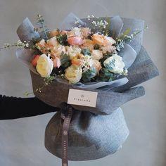 more interesting pin Bouquet Wrap, Hand Bouquet, Flower Bouqet, Floral Bouquets, Colorful Flowers, Beautiful Flowers, Unique Roses, How To Wrap Flowers, Flower Boutique