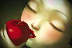 Mujer con una manzana pensando en el amor