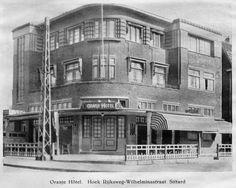 Hoek Wilhelminastraat en Rijksweg met het oranje Hotel in de jaren 40