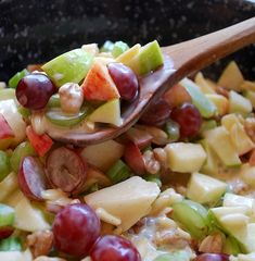 Crunchy Apple & Grape Salad Recipe ~ Apples & grapes teamed up with crunchy almonds and walnuts, mixed with a cinnamon-y yogurt sauce. This is one great salad!crunch apple and grape salad Fruit Recipes, New Recipes, Salad Recipes, Cooking Recipes, Favorite Recipes, Recipies, Apple Recipes, Recipes Dinner, Drink Recipes