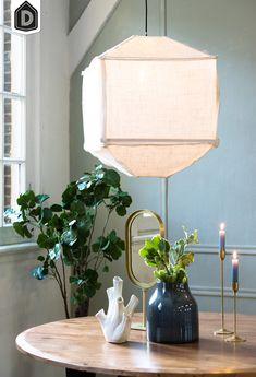 De hanglampen serie Titan passen perfect bij Tranquil, deze serie is namelijk gemaakt van een grof geweven stof met een frame van hout. Een hanglamp uit deze serie boven je tafel geeft een heerlijke rustig middelpunt.      #dutchhomelabel#lightandliving#lightliving #tranquil#hanglamp#stof#interieurinspiratie #interieurstyling#binnenkijken Table Lamp, Lighting, Pendant, Home Decor, Homemade Home Decor, Decoration Home, Light Fixtures, Room Decor, Table Lamps