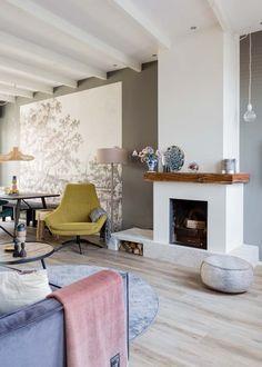Voorjaar 2018 vtwonen aflevering 5: Monnickendam Wood Mantle Fireplace, Home Fireplace, Modern Fireplace, Scandinavian Interior Design, Apartment Interior, Interior Inspiration, Interior Architecture, Living Room Decor, Family Room