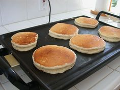 Avec cette recette, vous allez pouvoir réaliser les vrais pancakes américains,… With this recipe, you will be able to make real American pancakes, for your breakfasts or your snacks. A recipe coming directly from the USA. Sweet Recipes, Vegan Recipes, Cooking Recipes, Pancake Recipes, Snacks Recipes, Recipe Makeovers, Pancakes And Waffles, Vegan Pancakes, Protein Pancakes